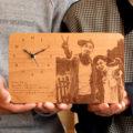 両親への感謝を込めて。写真と文字を刻印した、温もり伝わる木製置時計